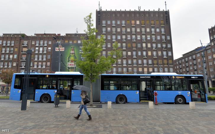 Egy Modulo M168D csuklós autóbusz áll a Deák téri autóbuszmegállóban Budapesten 2016. április 27-én