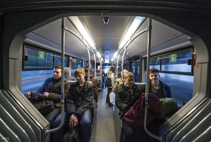 Mercedes-Benz Citaro Hybrid autóbusz közlekedik Kecskemét Széchenyiváros városrészében 2014. február 17-én. Az EvoBus Hungária Kft. határidőre leszállította a 25 darab Mercedes-Benz Citaro Hybrid autóbuszt Kecskemét önkormányzatának amelyek közül az első öt üzembe állt a helyi járatú vonalakon.