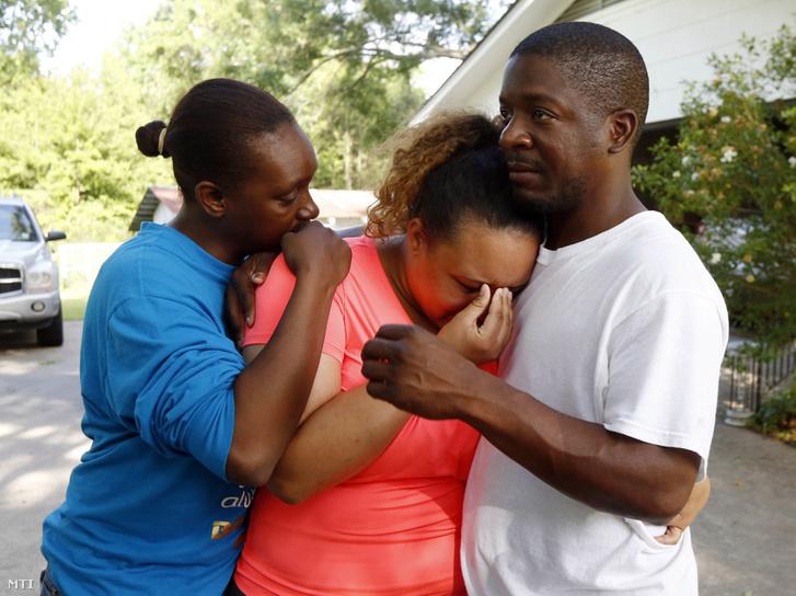 Gyászoló családtagok Brookhavenben