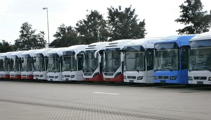 Használt Volvo hibridbuszok, amiket a 3-as metró nyár végére tervezett felújításának idejére, a metrópótló buszok ráhordójárataira vásárolt a BKV