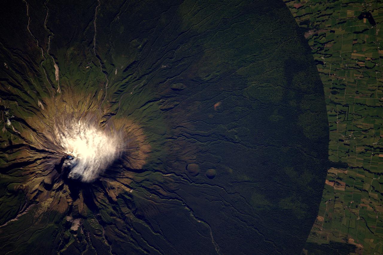 Az új-zélandi Taranaki vulkán természetvédelmi területét szinte tökéletes körben veszi körül az emberi mezőgazdaság.