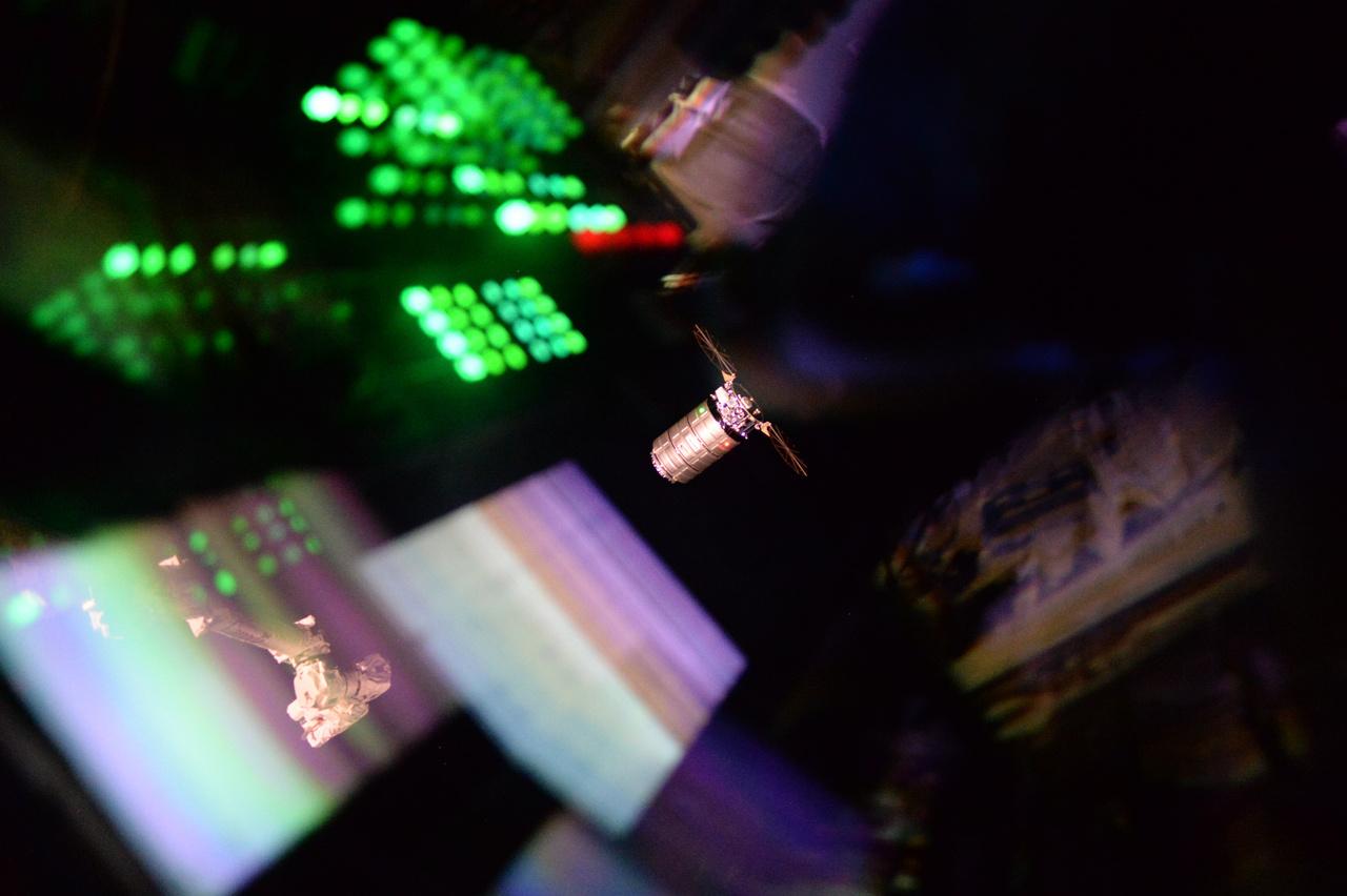 A Cygnus teherűrhajó érkezése az űrállomás kilátójából.