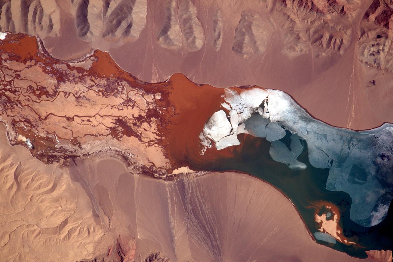 Félig befagyott tó Kína távolkeleti csücskében.