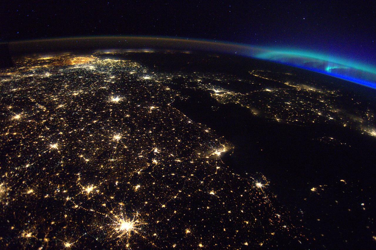 Északi fény Európa fölött. Alul a nagyváros: Berlin.