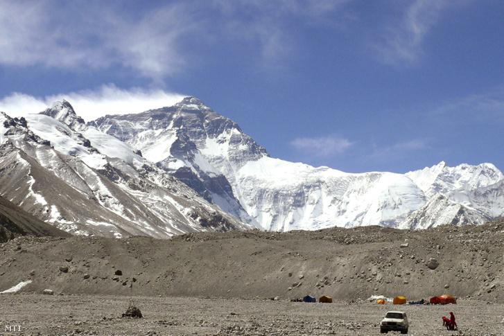 A Mount Everest látképe az 5200 méteres magasságban fekvő alaptábor felől 2014. április 15-én.