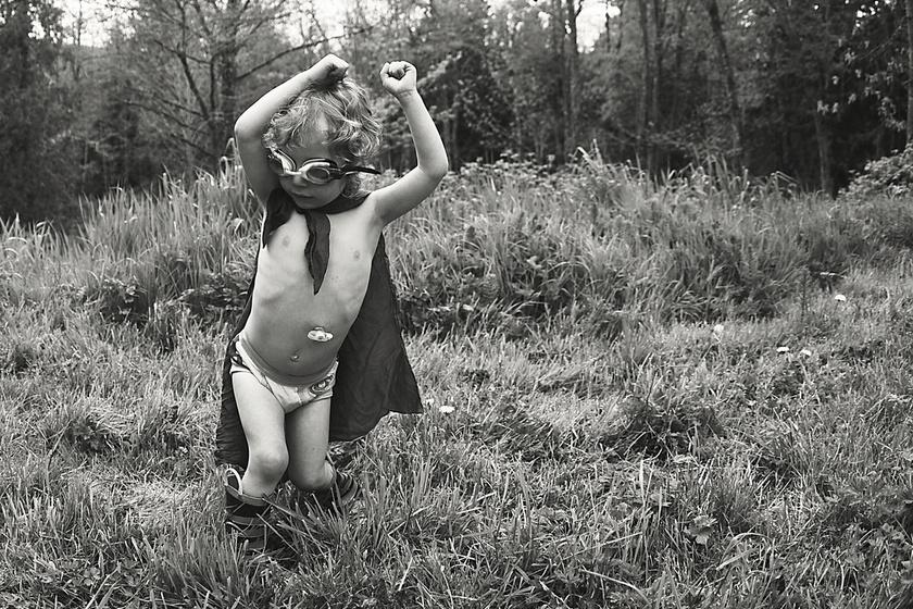 A sorozat készültekor a fotós fia, Apollo négyéves volt. Már túl volt két nagyműtéten, és egy csövet is ültettek a hasába.