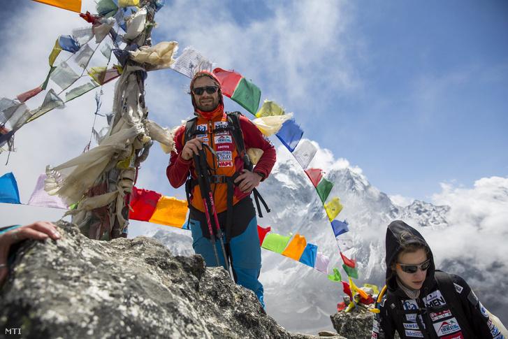 Klein Dávid és Török Edina az alaptábor vezetője a Magyar Everest Expedíció 2017 tagjai az akklimatizációs túrán útban az 5070 méter magas Nangkartshang hegyre Dingboche közelében 2017. április 5-én.