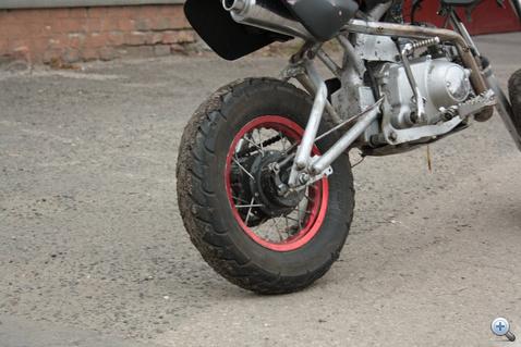 A hátsó keréknek kisebbnek kéne lennie, illetve jelen esetben az elsőnek nagyobbnak. Kínában nem tudták az építési szabályzatot