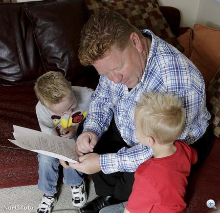 A férj felolvassa a listát a gyerekeknek