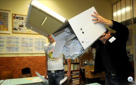 Budapest, 2010. október 3. A szavazatszámláló bizottság tagjai a szavazóhelyiség zárását követően az urnákból egy asztalra öntik a szavazólapokat a XVII. kerületi Zrínyi Miklós Általános Iskolában, a 42-es számú szavazókörben