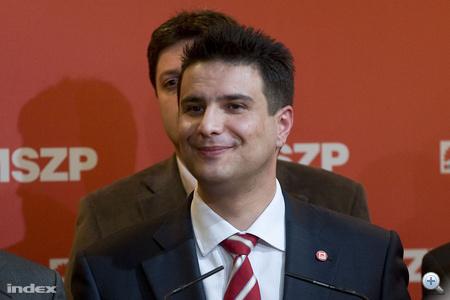 Mesterházy mosolyog és kemény ellenzéki politizálást ígér.