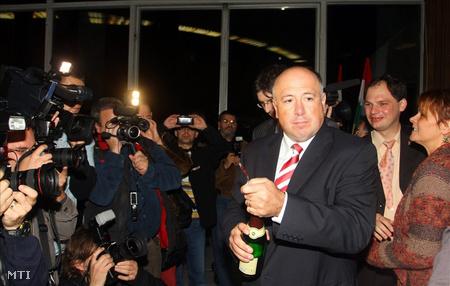 Kriza Ákos Miskolc új polgármestere pezsgőt bont az ITC székház előtt (Fotó: Vajda János)