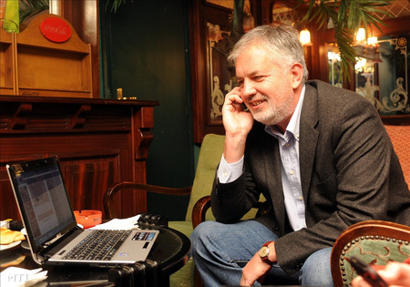 Páva Zsolt (Fidesz) fogadja a telefonos gratulációkat egy pécsi étteremben, miután ismét Pécs polgármesterévé választották (Fotó: Kálmándy Ferenc)
