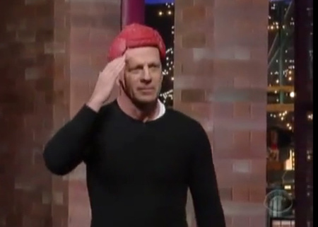 Bruce Willis organikus marhaparókájában tiszteleg Letterman műsorában