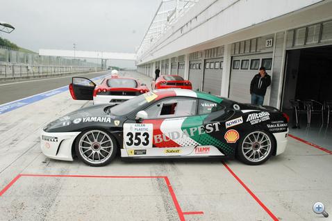 Ferrari-túltengés. A háttérben egy másik versenygép, illetve egy utcai kivitelű Scuderia.