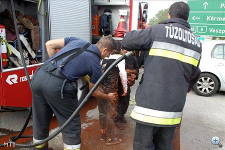 Tűzoltók lemossák a helyiekről az erősen lúgos folyadékot