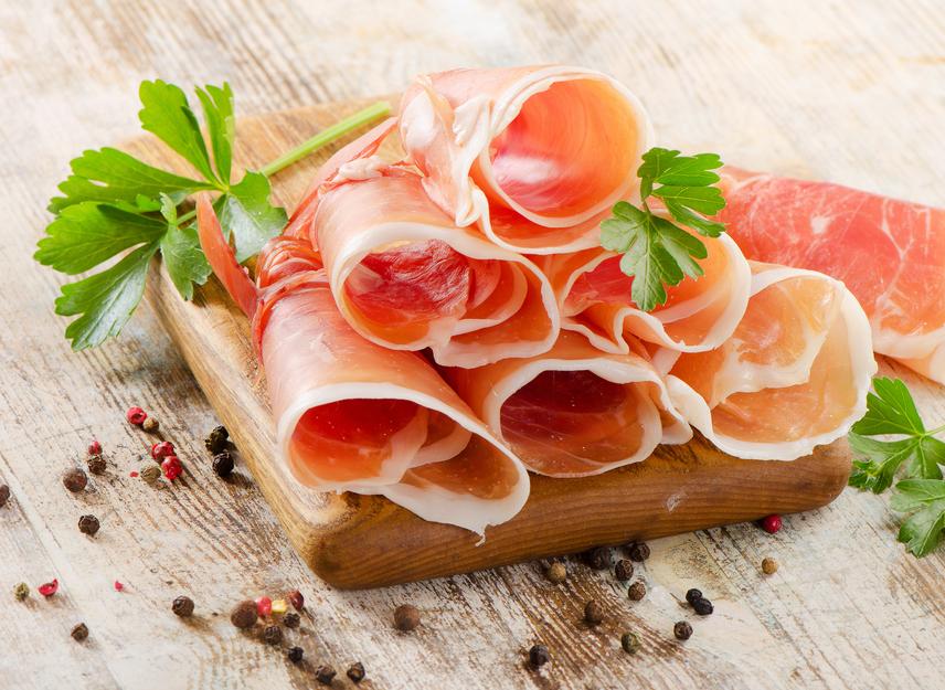 A húsfélék biztos fehérjeforrások. Amennyiben diétázol, válassz reggelire sovány csirkemellsonkát. 100 g 95 kcal-t tartalmaz, és 19 g fehérje van benne.
