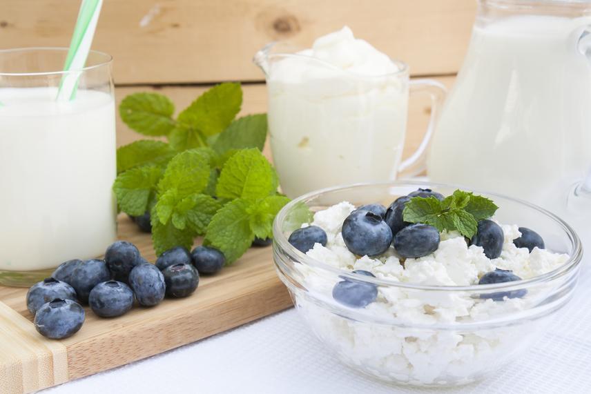 Egy kis tányér túró némi gyümölccsel tökéletes reggeli lehet. 100 g sovány tehéntúró körülbelül 80 kcal, és 14 g fehérjét tartalmaz.