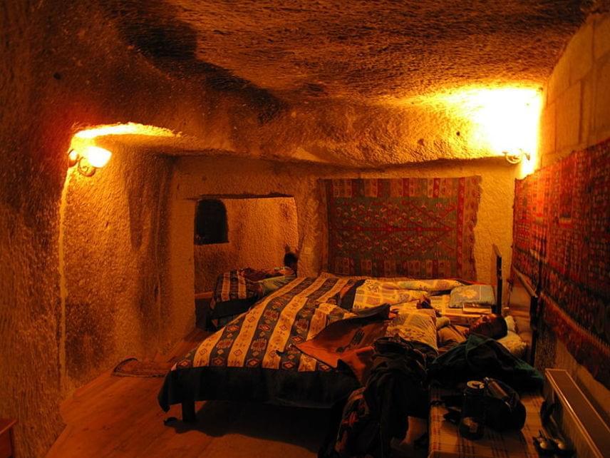 A föld alatti helyek napjainkban rendkívül kedvelt turistalátványosságnak számítanak. Néhány lakás nemcsak megvásárolható, de akár meg is szállhatsz bennük.