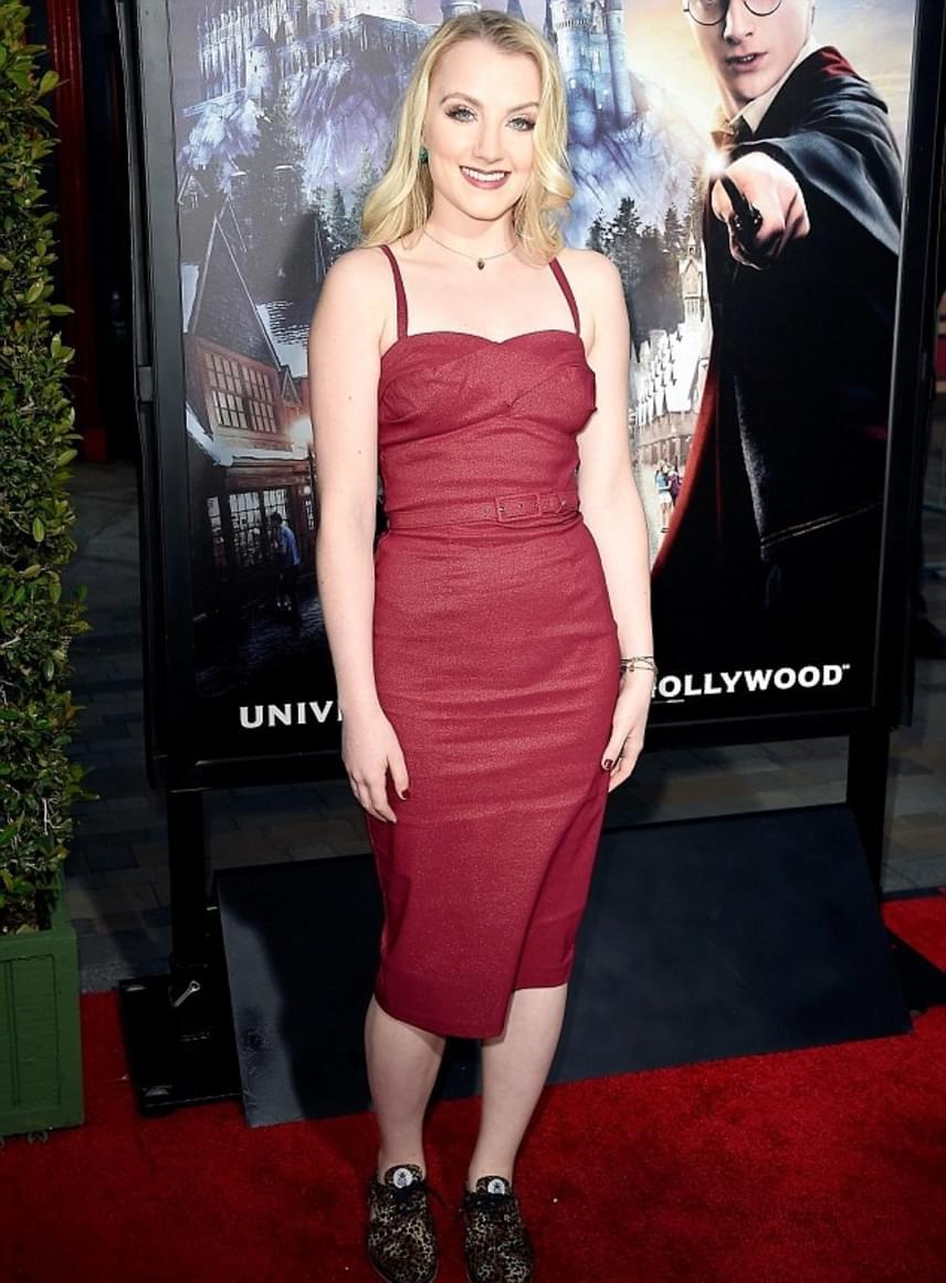 Evanna Lynch alakította Luna Lovegoodot a Harry Potter-filmekben. A szőke kislányból csinos, felnőtt nő lett: a 24 éves színésznő egy szűk, piros ruhában tündökölt a vörös szőnyegen.
