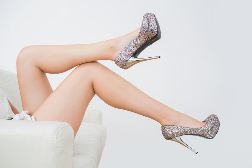 Gyakran a túlzottan magas sarkú cipők sem nyerik el a férfiak tetszését, főleg, ha viselőjük annyira kecses bennük, mint egy részeges zsiráf. A másik probléma a rendszeres panaszkodás, hiszen nem könnyű dolog egy hosszú estét túlélni 12 centis sarkakkal, ráadásul az éppen indulni készülő busz felé sem lehet sprintelni bennük.                         Az alacsonyabb férfiaknak további problémát jelent, ha barátnőjük föléjük tornyosul kedvenc lábbelijei miatt, amit egyesek akár személyes sérelemként is képesek értelmezni.