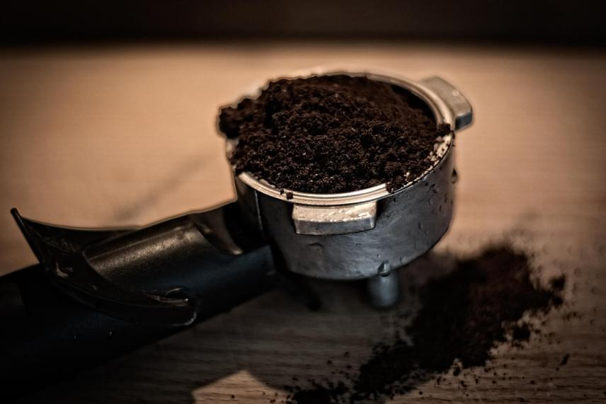 Kávézacc  Savkedvelő növények esetében ajánlott a virágföldre szórni némi kávézaccot, hiszen az gazdag nitrogénben, amit a virágok nagyon szeretnek. Ha tehát a kotyogó tartalmát igazán hasznosan akarod felhasználni, tedd a növényeid földjére! Nagyon jót tesz például a rózsaféléknek, az azáleáknak és a rododendronoknak.