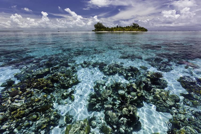 Lélegzetelállító kilátás a South Water Caye Marine Rezervátumra, mely a legnagyobb tengeri rezervátum Belize Stann Creek nevű részén.