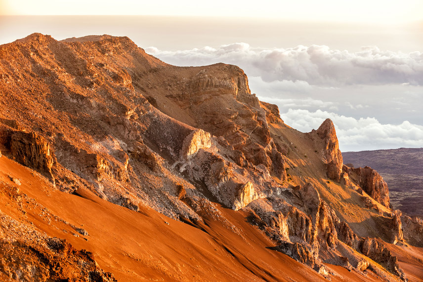 A sárga árnyalataiban pompázó kúpokat a korábbi vulkáni tevékenység következtében kilökődött kén és vas színezte meg.