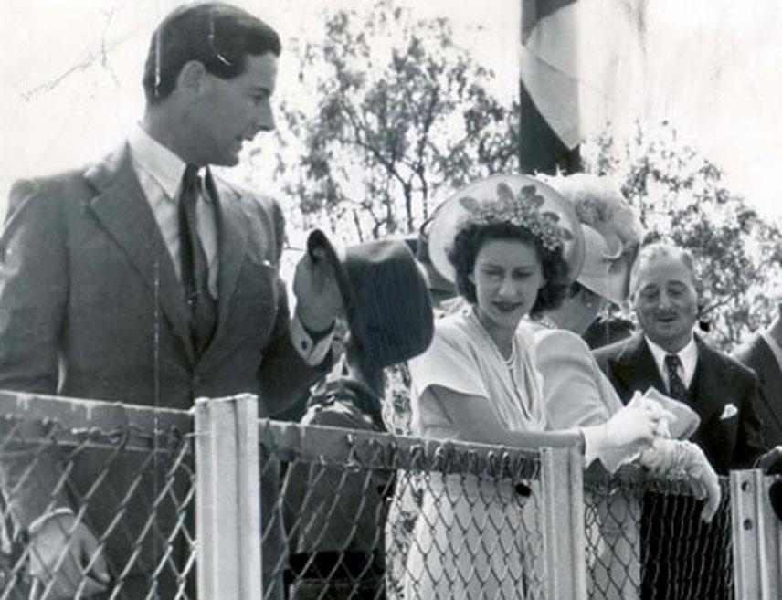 Margit hercegnő fiatalkorában, 1952-ben beleszeretett a kétgyerekes és nős Peter Townsendbe. Nagy szerelem volt az övék, és bár a férfi közben elvált feleségétől, Erzsébet királynő - aki akkor kezdte uralkodását - választás elé állította őt: ha férjhez megy egy elvált emberhez, külföldre kell költöznie és rangját is elveszti. Margit könnyek között mondta le az esküvőt.