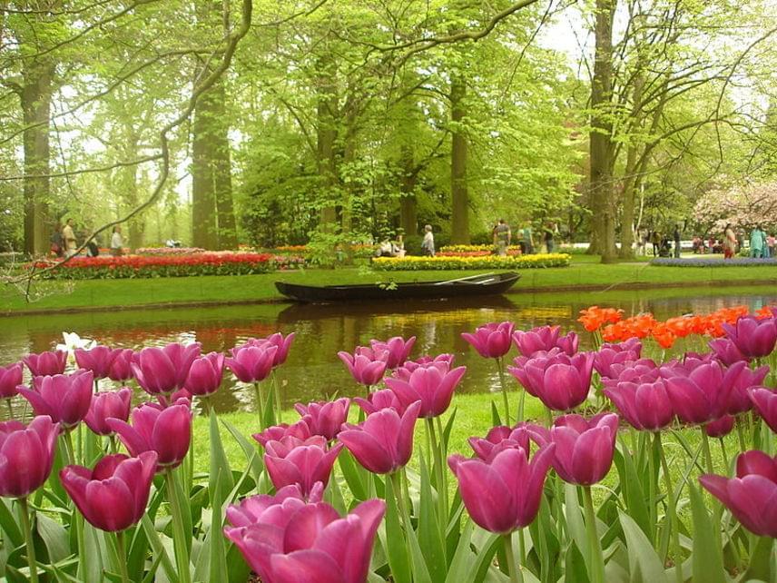 A virágoskertben egy csónakázótó is található, így még idillibb az egyébként is gyönyörű hely.