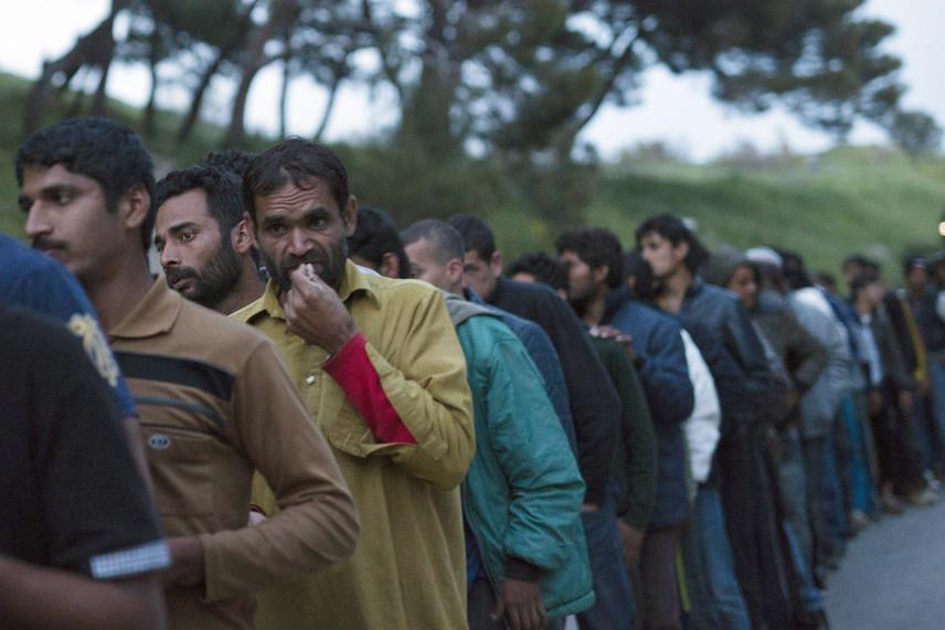 Ezek a bevándorlók ételosztásra várnak. Csak Leszbosz szigetén több mint 3500-an torlódtak fel a balkáni útvonal lezárása miatt, Görögország területén pedig összesen 53 ezer főre becsülik a számukat.