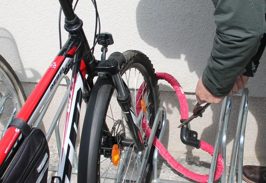 A jó idő beköszöntével egyre több kerékpár kerül elő, ezzel együtt pedig a kerékpárlopások száma is megnövekedhet, érdemes ezért jobban odafigyelni a biztonságra az ingatlanokhoz tartozó kerékpártárolók esetében is. Bár 100%-os biztonság nem létezik, a rendőrség javaslata szerint egy jó minőségű kerékpárlakattal akkor is érdemes lezárni a biciklit, ha a kerékpártároló maga is zárt helyiséget jelent. A kerékpárlakatok ára és gyakran súlya is egyenes arányban áll biztonsági jellemzőikkel, így a vékony sodronylakatok csak másodpercekre nyújtanak védelmet a felkészült tolvajjal szemben. A legjobbak az edzett acélból készült, vágásbiztos láncok vagy az úgynevezett U-lakat.