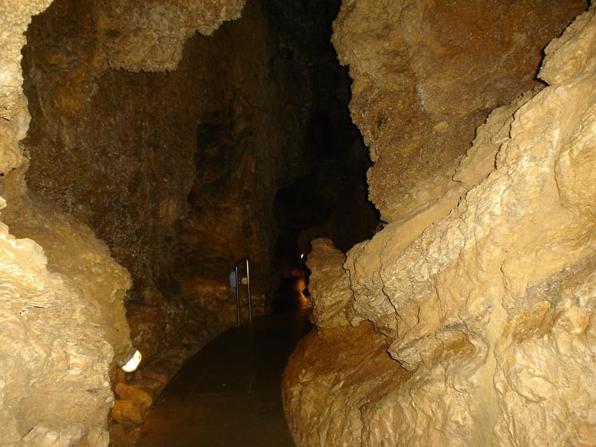 Budapest, Szemlő-hegyi-barlang                         A II. kerületi barlang amellett, hogy a Budai-hegység könnyen megközelíthető szakaszán van, nagyon jót tesz az egészségnek is, így bárkinek érdemes felkeresni azt. Klimatológiai vizsgálatok bebizonyították ugyanis, hogy a barlang klímája alkalmas az asztmás és hörghurutos megbetegedések gyógyítására, hiszen nagyon magas a levegő relatív nedvességtartalma, és szinte teljesen pormentes, a látogatások után is hamar regenerálódik.