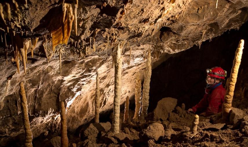 Tapolca, Kórház-barlang                         A Kórház-barlang a tapolcai barlangrendszer része a közismert Tavasbarlanggal együtt, ám gyógyításra csak ezt a teljes egészében száraz területet használják, melynek hossza körülbelül 300 méter. A gyógybarlang pollenmentes, magas páratartalmú és kristálytiszta, alig van ugyanis porterhelése. Remek tulajdonságai miatt rendkívül nyugtató hatással van a légzőszervrendszerre.
