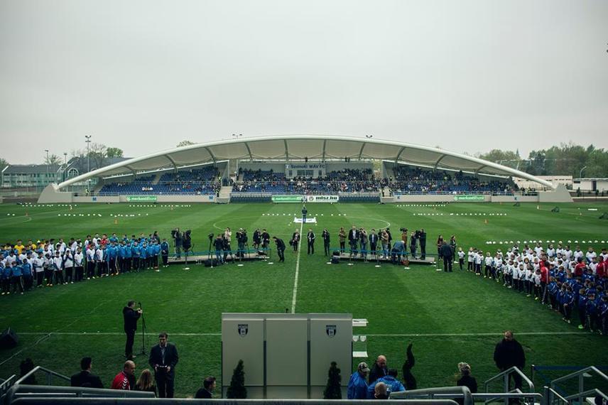 Ez már a szolnoki Tiszaligeti Stadion, melynek újjáépítése csaknem négy évbe telt. A stadionfejlesztési program összesen 2 milliárd forintba került, maga a stadion 1,2 milliárdba.