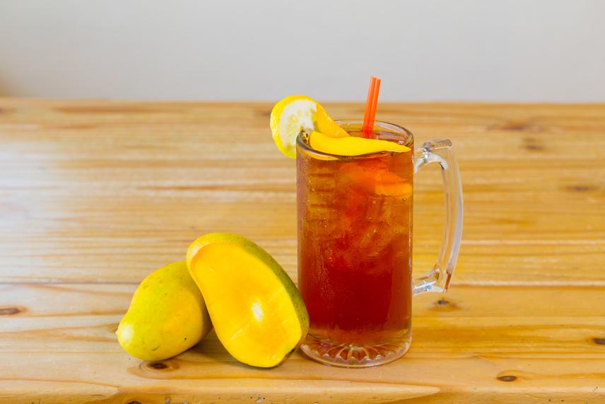 Készíts erős zöld teát, akár két filterrel, vagy a teatojást jól megtöltve, és adj hozzá mangólevet vagy -pépet. Az italt ezután további mentalevelek és mangószeletek hozzáadásával ízesítheted.A zöld teaepigallocatechin-gallátot tartalmaz, mely a tea vízhajtó hatása mellett segít a tartós súlyvesztésben, valamint az inzulin- és a koleszterinszint csökkentésében. A pépes mangó rostokkal segíti az anyagcserédet, sőt, C- és E-vitamint, folsavat, illetve ásványi anyagokat és antioxidánsokat tartalmaz.