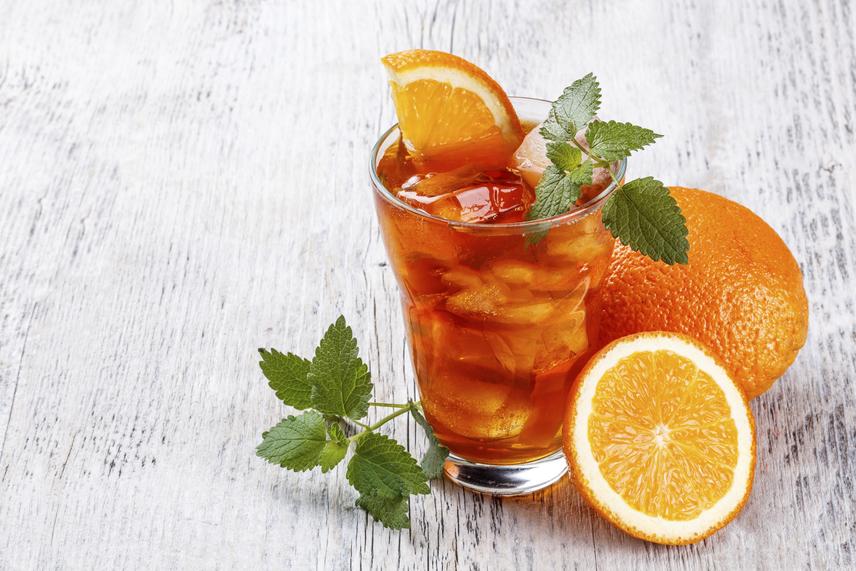 A teában lévő flavonoidok jótékony hatását tovább megőrizheted az italban, ha némi savas komponenst adsz hozzá, mint ebben az Earl Grey teában a narancs friss leve. A rostokat a teába facsarva még egészségesebb lesz a frissítő, mely nemcsak vízhajtó, de számos vitamint és antioxidánst is tartalmaz. Csak arra figyelj oda, hogy három-öt percnél ne hagyd tovább ázni a teafüvet, mert akkor a kesernyés ízt biztosító tannin elkezd kioldódni a növényekből, és nem lesz kellemes édesítés nélkül inni.