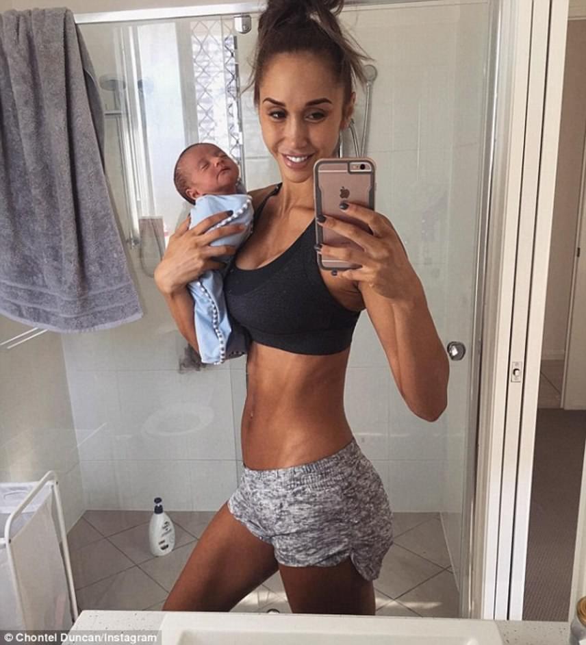 """Chontel kisfiával, Jeremiah-val közösen pózolt egy szelfihez, ahol azonban a baba nyaka hátracsuklik, mivel nem kapja meg az újszülöttkorban szükséges és nagyon fontos fejtámasztást anyukája kezében. Több se kellett a netezőknek, lerohanták a fitneszanyukát. """"Szegény kicsi!""""; """"Egy szelfinél fontosabb, hogy megfelelően tartsd a babát"""" - kommentelték a posztolt kép alá. Akadtak olyanok is, akik védték őt."""