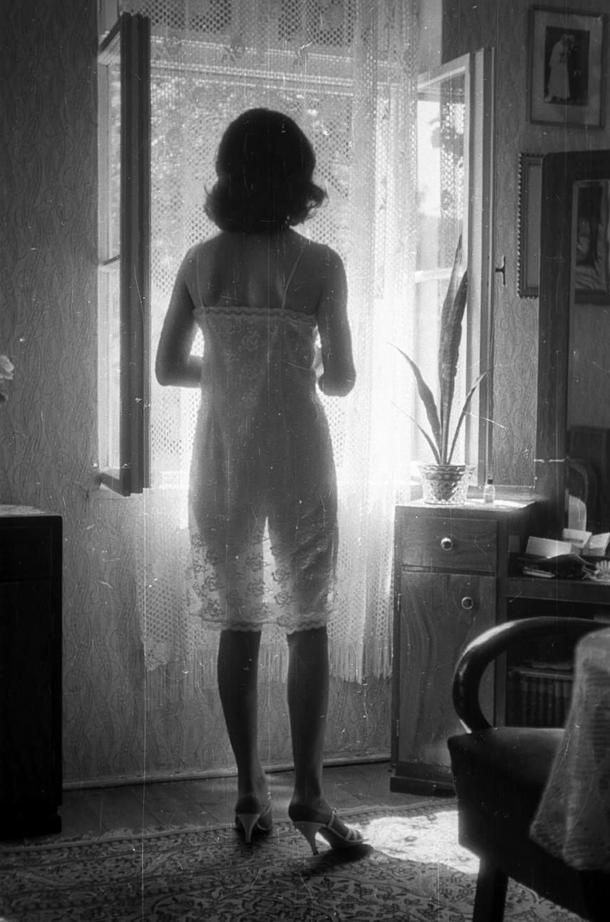 Mára sok férfi bánatára a '70-es években népszerű hálóing szinte kihalt a pizsamáknak köszönhetően. Akkoriban azonban kevés ruhadarab volt szexibb, mint egy finom, fehér csipke hálóing, mely inkább csak sejtette, mint megmutatta viselője szépségét.