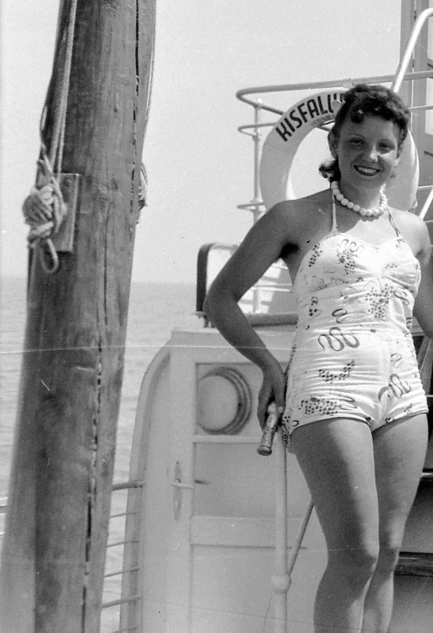 Már a '70-es években nagyon divatos volt az egyrészes fürdőruha, amely jótékonyan takarta a has egyenetlenségeit, és formálta az alakot, ám akkoriban még ezeknek is hiányzott a mellrészéből a merevítés. A lógó keblek éppen ezért megszokottnak számítottak, noha mai szemmel nézve már kevésbé esztétikusak.