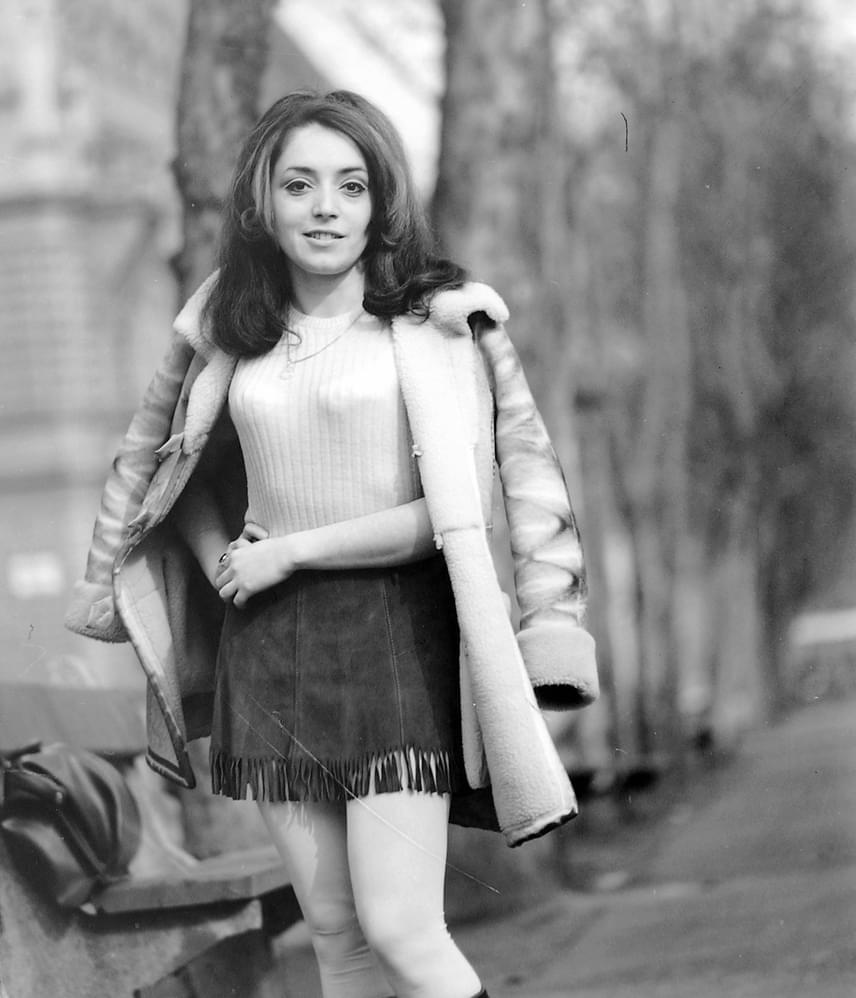 Míg a '60-as évek eleje a molett nőknek kedvezett a bő, ingruhás, nadrágszoknyás divattal, addig az évtized vége a merészebbek számára nyitott új lehetőségeket. Ekkor vált divatossá a miniszoknya és a nadrágkosztüm, melyek ezt követően évtizedekig népszerűek maradtak. A nadrágkosztüm ugyan mára sokat vesztett népszerűségéből, de a miniszoknya továbbra is gyakori. Csak egy kicsivel rövidebb lett az évtizedek folyamán.