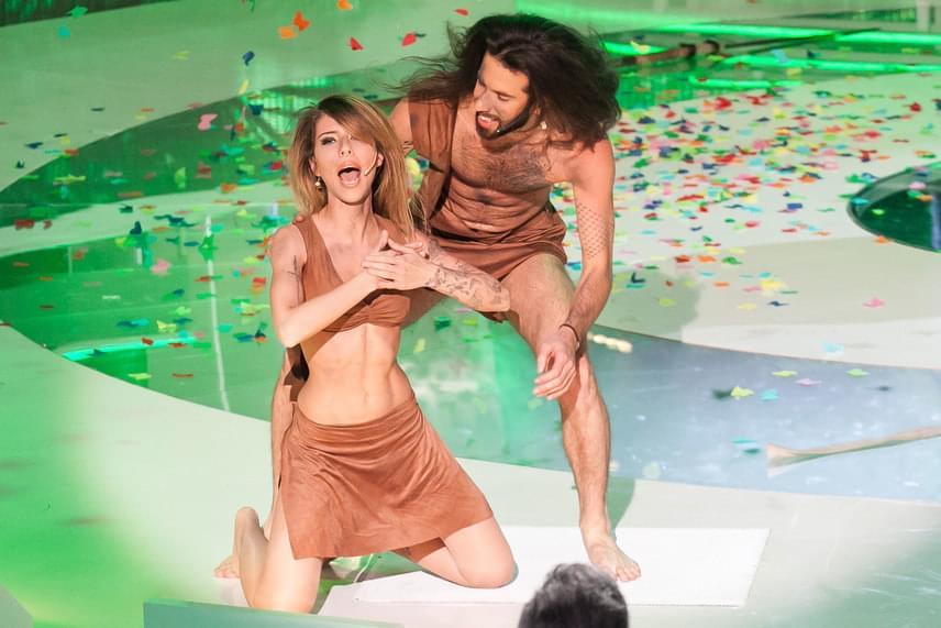 Cinthy Dictator hamisan végigkiabálta az UFO együttes Tarzan című számát. A hamisság ellenére a páros első fellépőként megalapozta a jó hangulatot a stúdióban.
