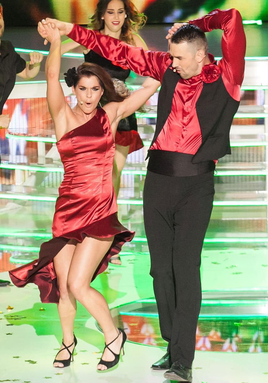 Dér Heni a kajakos Kucsera Gábor profi partnereként szintén pirosba öltözött, és felforrósította a színpadot a Cuba című számmal.