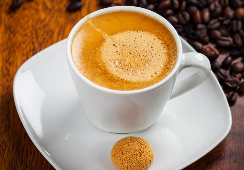 A kávé nem csupán ébren tart, de komoly befolyással bír a szervezet cirkadián ritmusára is, így nagyon fontos betartanod azt a szabályt, miszerint legkésőbb négy órával lefekvés előtt be kell fejezned a fogyasztását, ha szeretnél jól aludni. Kattints ide, ha még többet szeretnél tudni a témáról!