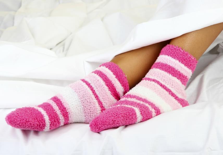 Sokan furcsának és egészségtelennek tartják, ha valaki zokniban alszik, holott kutatók bebizonyították, hogy hatásos módszert jelenthet az alvászavarok ellen, ugyanis felmelegíti a lábad, minek hatására kitágulnak az erek, és csökken a vérnyomás, így üzenve az agynak a pihenőidőről. További részletekért kattints ide!