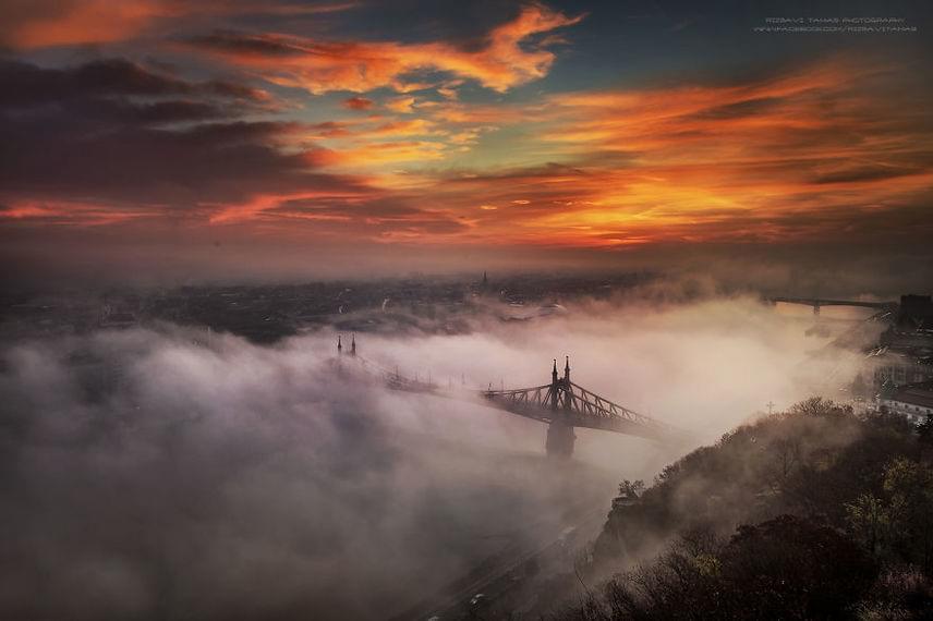 Mintha lebegne a Szabadság híd a sűrű ködben.