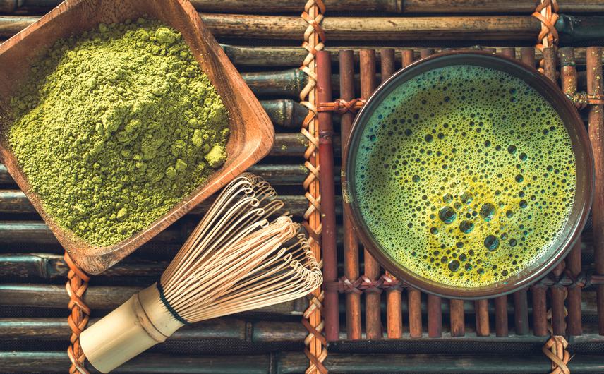 Japánban nagy hagyománya van a teázásnak. A felkelő nap országában az egyik legnépszerűbb teafajta a zöld, mely a koleszterinszint csökkentésében és a fogyásban is segítségedre lehet, antioxidánsokban gazdag és erős vízhajtó hatású. Fontos, hogy a japánok a teát rendszerint langyosan, cukor és édesítőszer nélkül fogyasztják, így nem hizlal. Ha szeretnél többet is megtudni a zöld teákról, és arról, hogyan használhatod őket a fogyókúra során, akkor itt a japán matcha teáról olvashatsz.