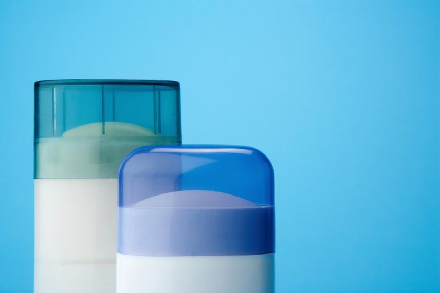 A szépségtippek között gyakorta merül fel a stiftes dezodor, melyet több terület kezelésére is használnak. A legelterjedtebb ezek közül a bikinivonalon borotválkozás után alkalmazott stift, mely az ígéretek szerint megelőzi a szőrtüszők benövését, ám valójában eltömítheti a pórusokat, irritációt okozhat, és szárítja a bőrt. Érdemes inkább ezen a területen olajmentes bőrpuhítókkal próbálkozni, ha szeretnéd elkerülni a rettenetes viszketést.Szintén nem ajánlott az arcbőr mattítására alkalmazni a dezodorodat, mely az izzadásgátlásra és a víz megkötésére lett kitalálva, ám a zsírokkal szemben nem hatékony, így itt is érdemes erre a célra fejlesztett termékekkel próbálkozni inkább.