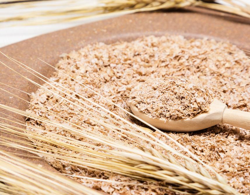 A legmagasabb rosttartalmú ételek közül is kiemelkednek a teljes kiőrlésű gabonafélék, melyek lassú felszívódásuknak köszöhetően nem adnak hirtelen löketet a vércukorszintednek, és hosszabb távon laktatnak, mint fehér lisztből készült rokonaik. Ezek közül is legnagyobb mennyiségben a búzakorpa tartalmaz oldhatatlan rostokat, melyből akár egy smoothie-hoz is hozzákeverhetsz egy keveset, ha laktató italra vágysz, vagy kipróbálhatod a korpát reggelik alkotóelemeként. Búzakorpából egy 10 dekás adag 11 gramm oldhatatlan rostot tartalmaz, így megéri beiktatni az étrendedbe ezt a kiváló rostforrást.
