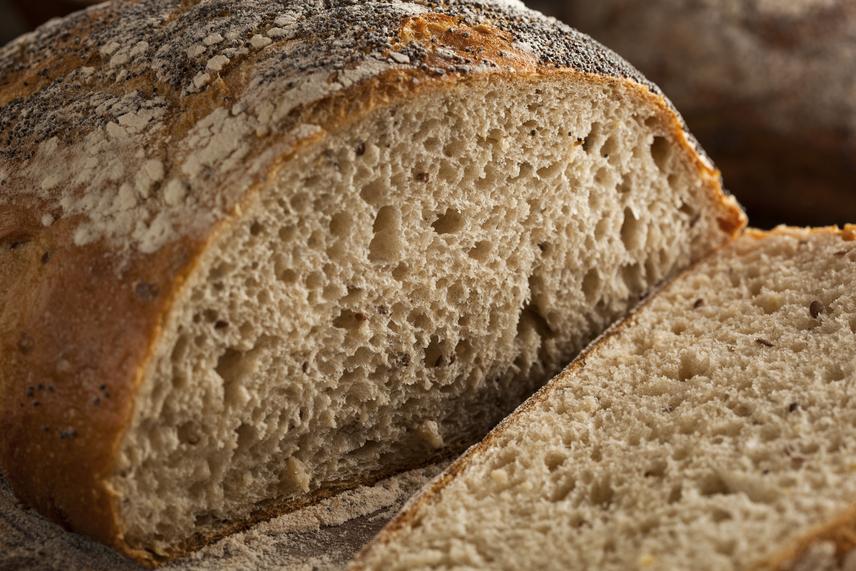 Ha a kenyerek közt válogatsz, keresd a teljes kiőrlésű vagy akár magos kenyereket. Ezek közül egy szeletben átlagos 1,2 gramm rostot találsz, ami négyszer több, mint a fehér kenyérben jelenlévő rostmennyiség.